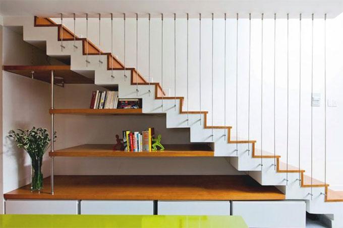 tận dung không gian dưới cầu thang để trang trí và bầy đồ