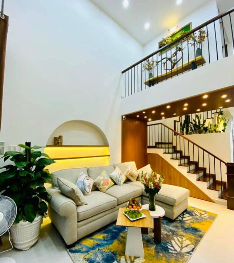 không gian phòng khách thông tầng nhà 5x15m